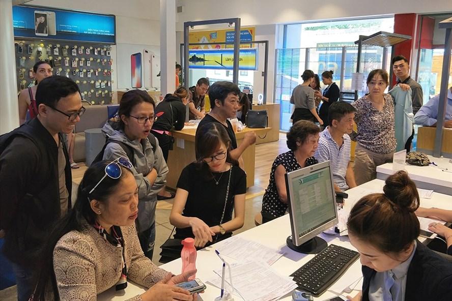 Thuê bao đăng kí thông tin cá nhân và bồ sung ảnh chân dung tại điểm giao dịch của MobiFone (ảnh:PK).