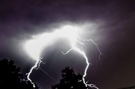 Hai vợ chồng chết thảm vì sét đánh trúng chòi trú mưa