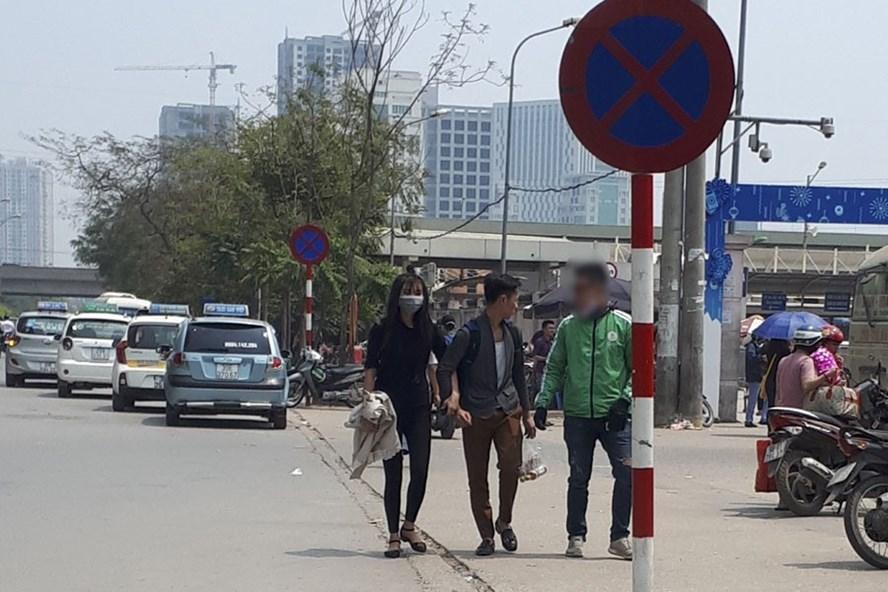 Tình trạng xe ôm trong trang phục Grabbike chèo kéo khách hàng đang phổ biến. Ảnh Trần Vương
