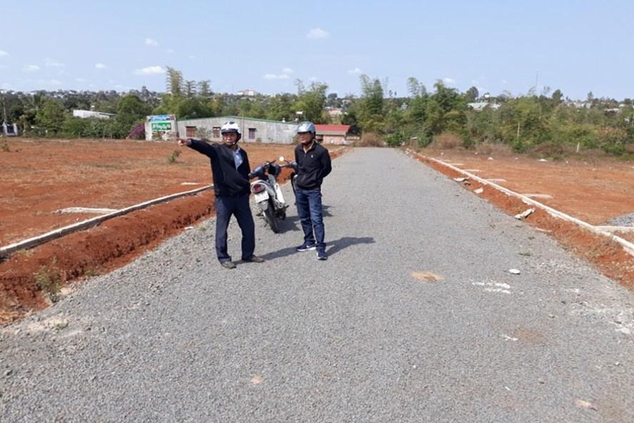 Cò đất T đang dẫn phóng viên đi mua đất. Ảnh: ĐÌNH VĂN