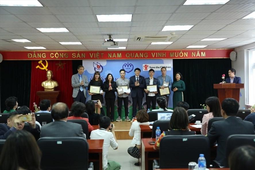 Ban tổ chức trao giải Nhất cho các tác giả. Ảnh: TN