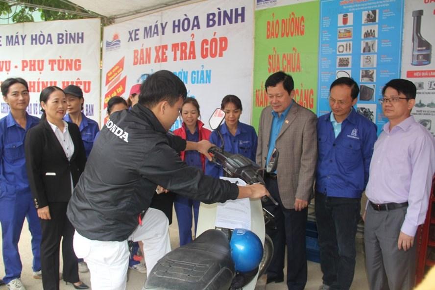 Công đoàn các khu công nghiệp tỉnh tổ chức bảo dưỡng xe máy miễn phí cho CNLĐ Cty Cổ phần sứ kỹ thuật Hoàng Liên Sơn. Ảnh: TX