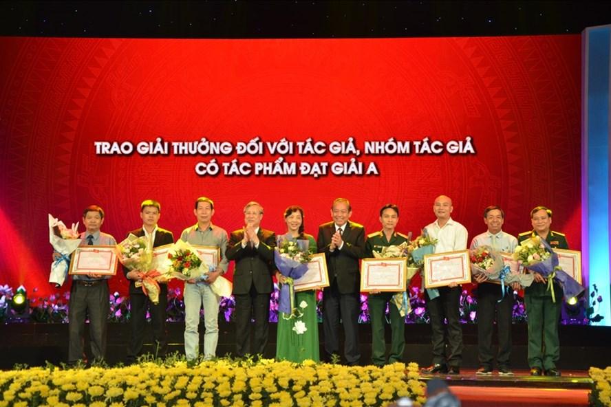 Thường trực Ban Bí thư T.Ư Đảng Trần Quốc Vượng và Phó Thủ tướng Thường trực Chính phủ Trương Hoà Bình trao giải cho các tác giả đạt giải A tối 13.5. Ảnh: HN