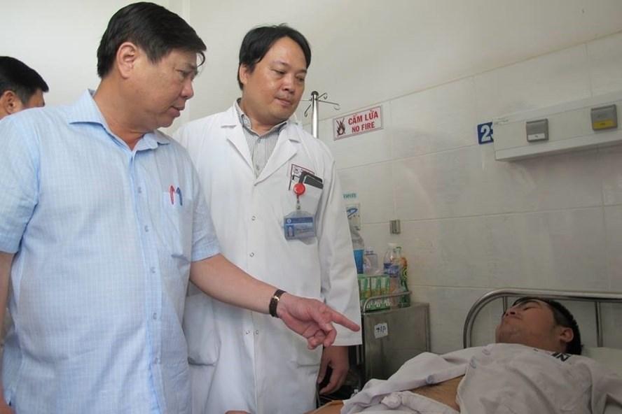 Chủ tịch UBND TP.HCM - Nguyễn Thành Phong thăm hỏi các hiệp sĩ bị thương tại bệnh viện (ảnh:C.Ng).