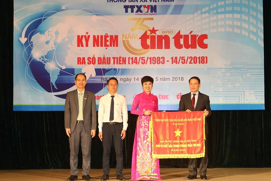 Tổng giám đốc TTXVN Nguyễn Đức Lợi đã trao Cờ thi đua của Chính phủ cho báo Tin tức.