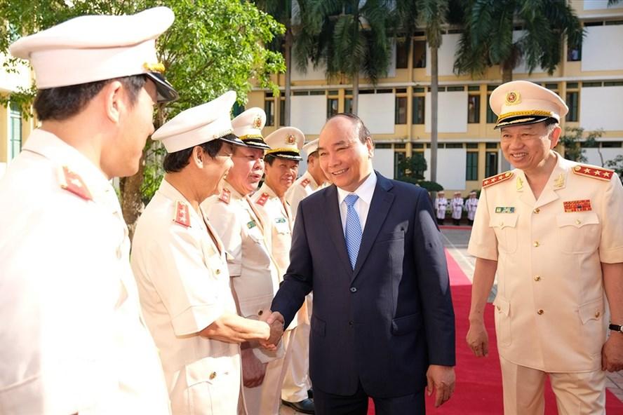 Thủ tướng thăm hỏi lãnh đạo Bộ Công an.