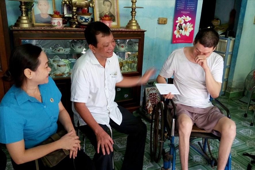 Lãnh đạo LĐLĐ TP trao quà cho anh Trần Văn Chính