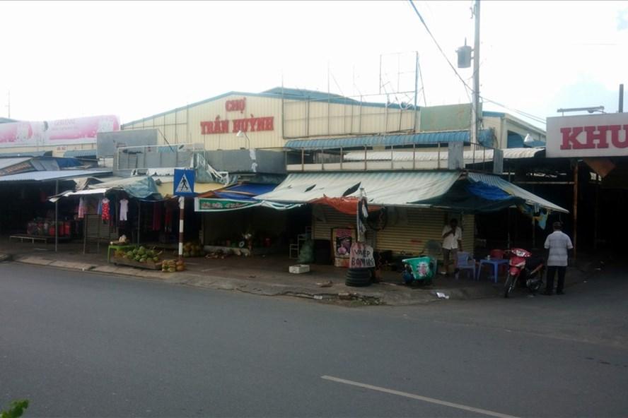 Chợ tạm Trần Huỳnh sẽ được di dời trong tháng này. Ảnh: Nhật Hồ.