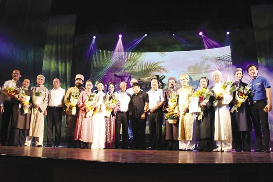 """Phó Thủ tướng Trương Hòa Bình (thứ 9 từ trái qua) chúc mừng các nghệ sĩ trong đêm công diễn vở """"Thầy Ba Đợi""""."""