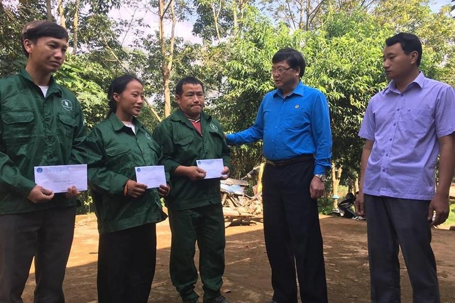 Đồng chí Hoàng Ngọc Vinh -  Chủ tịch LĐLĐ tỉnh Điện Biên thăm hỏi, tặng quà CNLĐ Công ty caosu Điện Biên. Ảnh: N.C