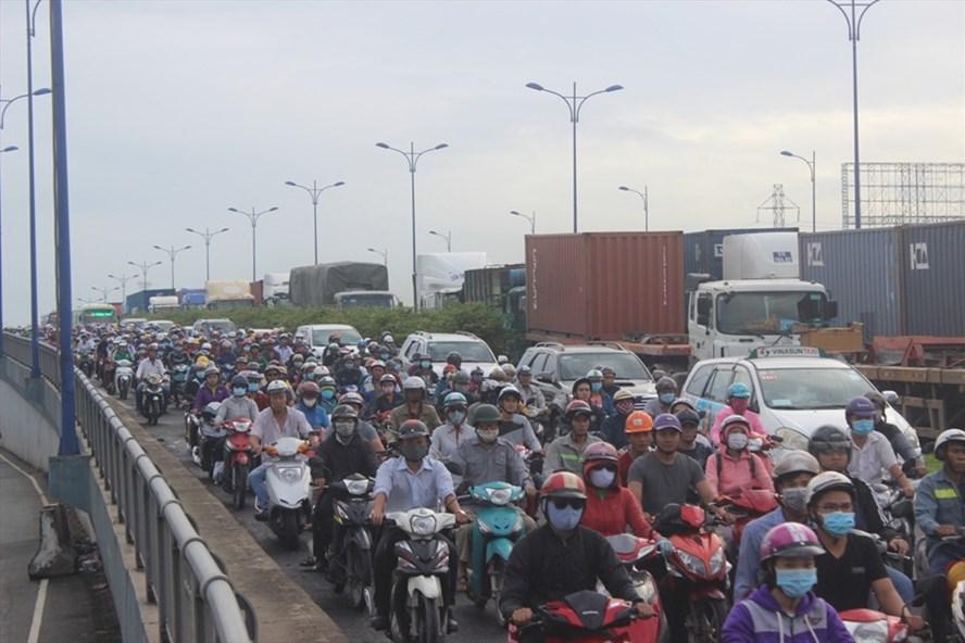 Xa lộ Hà Nội là một trong những đường cửa ngõ phía Đông Bắc đi về trung tâm thành phố thường bị kẹt xe giờ cao điểm  Ảnh: M.Q
