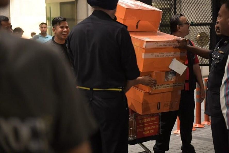 Cảnh sát chở các hộp đựng túi hàng hiệu từ căn hộ có liên quan tới cựu Thủ tướng Malaysia. Ảnh: ST.