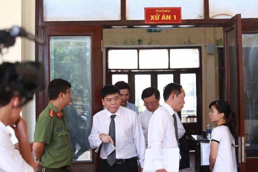 Luật sư Trần Vũ Hải (thứ 2 bên trái sang) người bào chữa cho bị cáo Bùi Mạnh Quốc (Giám đốc công ty Trâm Anh) - Ảnh: GĐXH
