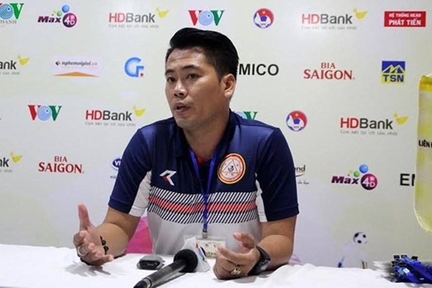 HLV Trần Duy Hiếu của Sanatech-Sanest Khánh Hòa tố trọng tài bắt ép và thiên vị cho CLB Thái Sơn Nam.