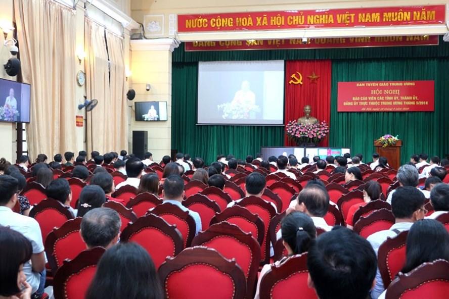 Các báo cáo viên từ đầu cầu Thành uỷ Hà Nội nghe đồng chí Võ Văn Phuông thông tin về kết quả Hội nghị Trung ương 7 (khóa XII).