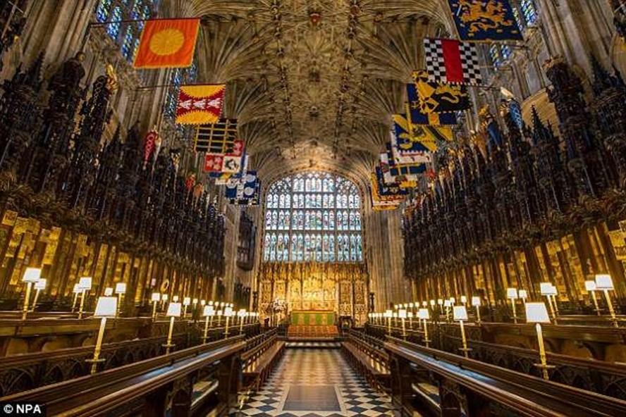Khung cảnh bên trong nhà nguyện St.George nơi diễn ra lễ cưới của Hoàng tử Harry và hôn thê Meghan Markle. Ảnh: Mail.