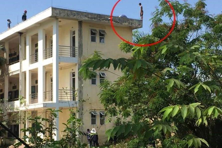 Nam thanh niên có ý định tự tử từ tầng 3 xuống.