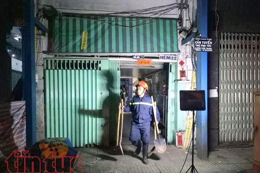 Lực lượng cứu hộ đã nhanh chóng có mặt, phong toả hiện trường và giải cứu các nạn nhân bị kẹt bên trong.