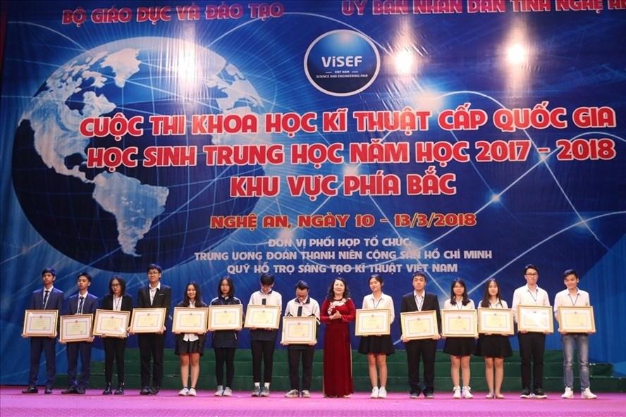 Lê Tuyết Quỳnh Anh và Phạm Thị Minh Huệ (học sinh Trường THPT chuyên Trần Phú, Hải Phòng) từng giành giải Nhất Cuộc thi Khoa học kĩ thuật cấp quốc gia năm 2018. Ảnh: HN