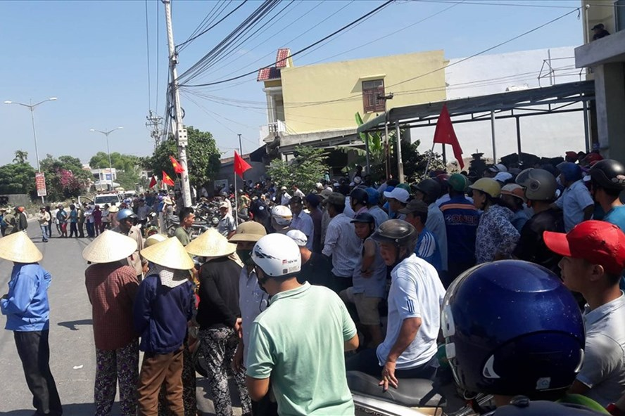 Hàng trăm người dân tập trung dọc tuyến đường ĐT 607 để theo dõi. Ảnh: N.T