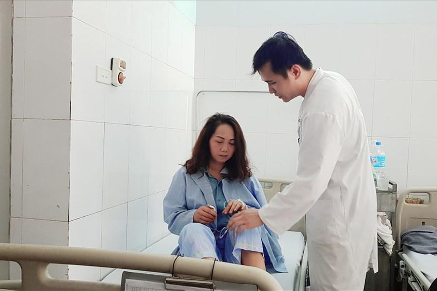 Chị Phan Thị Vân Anh và chồng đang được cấp cứu tại bệnh viện. Ảnh:HY