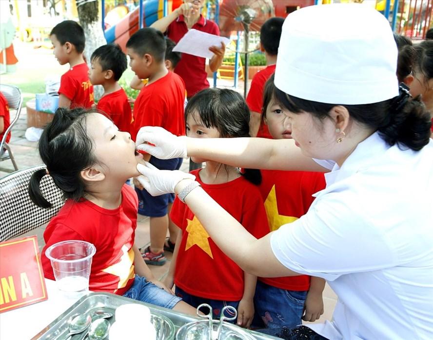 Trẻ được uống vitamin A (Ảnh: D.Ngọc)