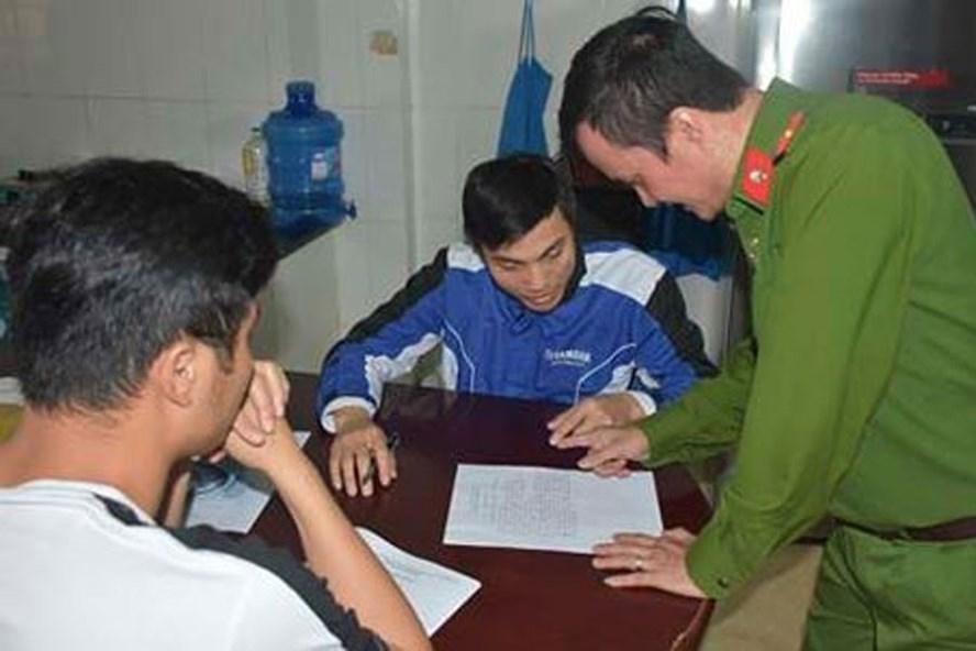 """Lực lượng công an làm việc với Mai Văn Hùng - đối tượng thuộc """"Hội thánh Đức Chúa trời"""" tại Thanh Hóa. Ảnh: ANTĐ"""