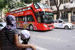 """Bus mui trần """"vắng như chùa Bà Đanh"""" trong ngày đầu lăn bánh"""