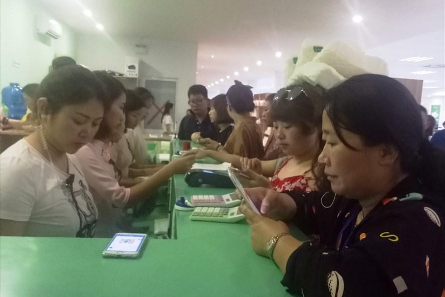Khách Trung Quốc thanh toán bằng cách quẹt thẻ bên trong các showroom. Ảnh: PV