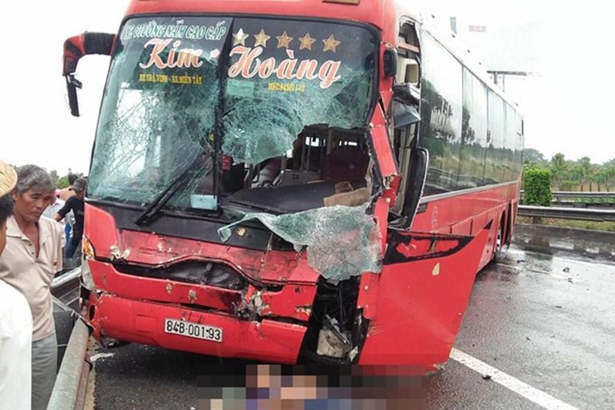 Chiếc xe khách hư hỏng nặng sau tai nạn. Ảnh: Zing.