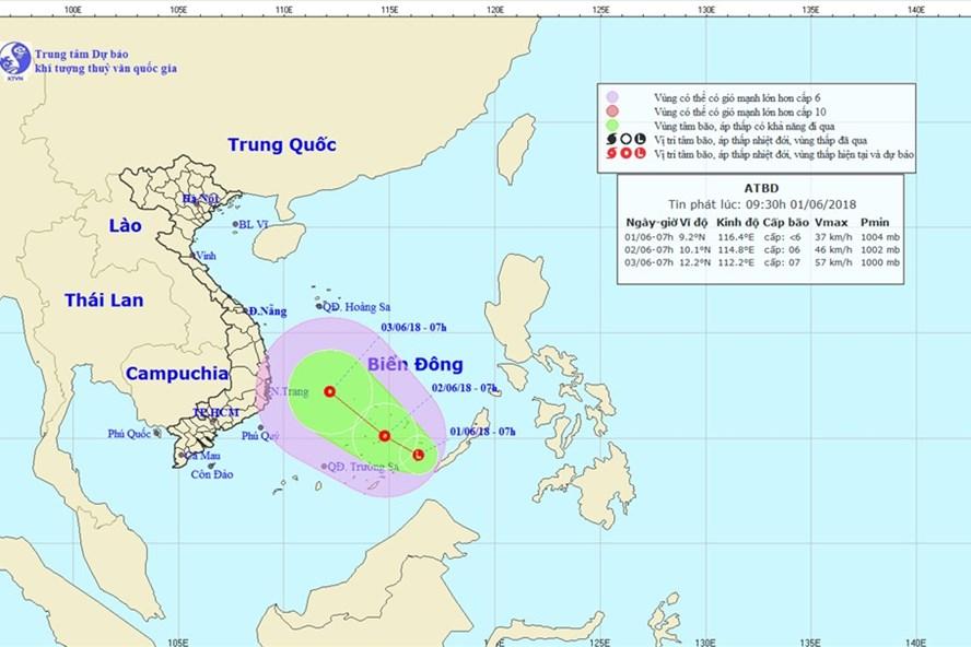 Vùng nguy hiểm trên Biển Đông trong 12 đến 24 giờ tới (gió mạnh cấp 6 trở lên) từ vĩ tuyến 7,0 đến 12,0 độ Vĩ Bắc; phía Đông kinh tuyến 113,0 độ Kinh Đông. Cấp độ rủi ro thiên tai: cấp 3. Ảnh: NCHMF