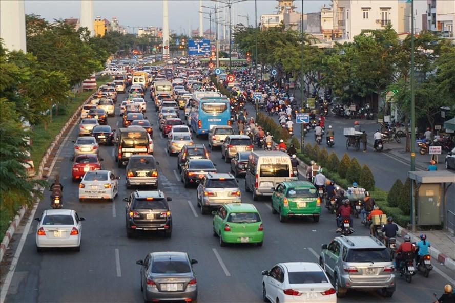 Đường Phạm Văn Đồng đề xuất giảm tốc độ từ 80 km/h xuống 70 km/h đối với xe khách và ô tô con.  Ảnh: M.Q