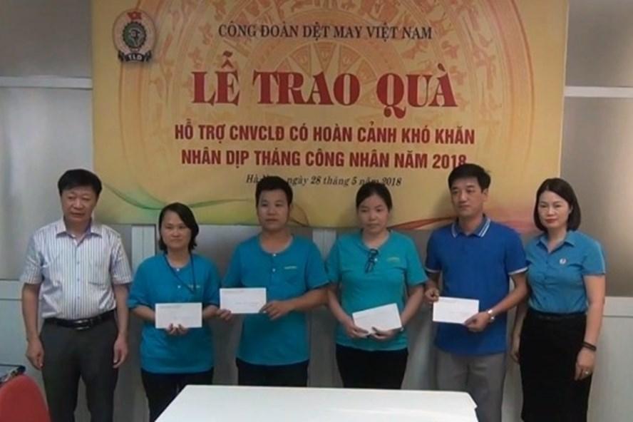 Đại diện CĐ Dệt May VN tặng quà cho CNLĐ có hoàn cảnh khó khăn của TCty CP Dệt May Hà Nội. Ảnh: CĐ Dệt May VN