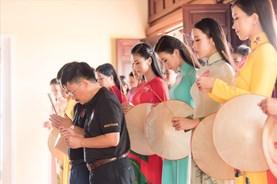 Dàn thí sinh Hoa hậu Việt Nam 2018 dâng hương tưởng niệm tại tượng đài chiến thắng Núi Bà