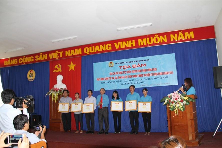 LĐLĐ tỉnh khen thưởng các cá nhân có thành tích trong hoạt động tuyên truyền. Ảnh: PV
