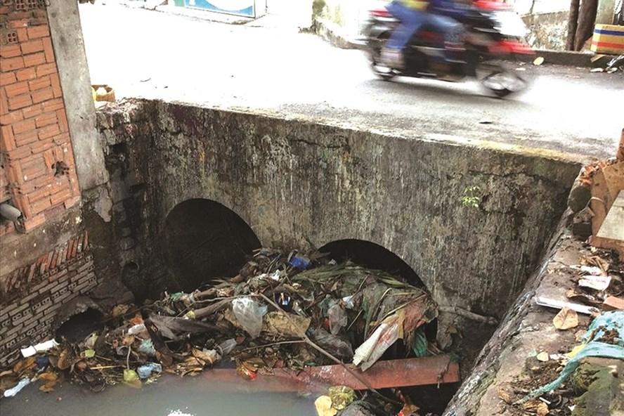 Một miệng cống ở TPHCM bị tắc nghẽn vì có quá nhiều rác. Ảnh: C.H