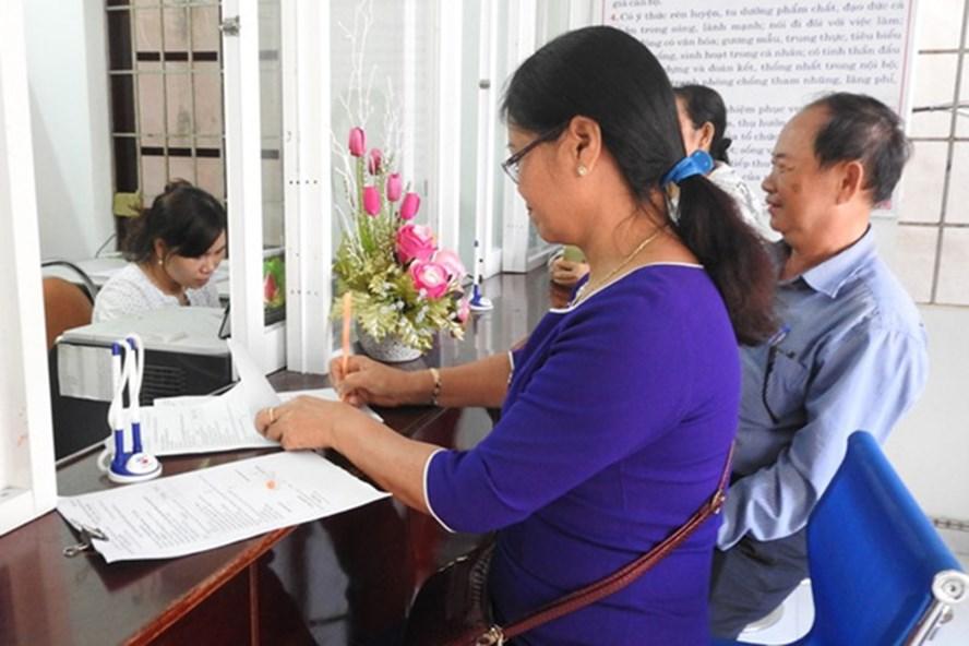 Người lao động kiểm tra thông tin đóng BHXH tại BHXH TP.Tuy Hòa (Phú Yên). Ảnh: THÁI HÀ