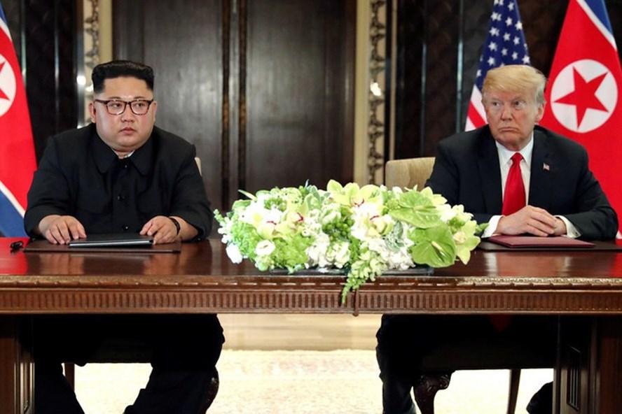 Ông Donald Trump và ông Kim Jong-un trong cuộc gặp thượng đỉnh ở Singapore. Ảnh: Reuters.
