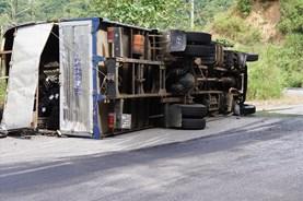Xe tải đổ đèo Ngoạn Mục lật đè xe Innova, 7 người thoát chết