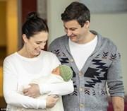 """Nữ Thủ tướng New Zealand """"khoe"""" con gái mới sinh"""
