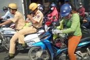 Cảm động trung úy giao thông đưa em bé đi bệnh viện, ân cần cho bú sữa bình