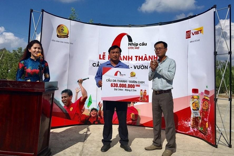 Ông Lê Nguyễn Đức Khôi, đại diện Tập đoàn Tân Hiệp Phát bàn giao cầu Dr Thanh – Vườn Chim cho chính quyền và người dân địa phương