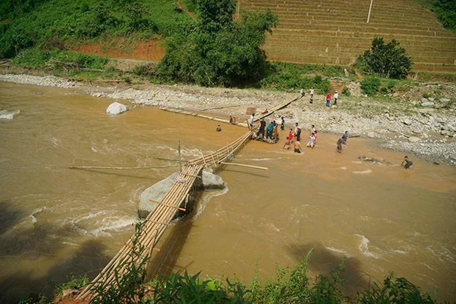 Năm 2017, một cầu tạm được bắc qua suối Sùng Hoảng. Tuy nhiên, đây là con suối lớn nên việc lội qua suối hết sức nguy hiểm nhất là trong mùa mưa lũ. Ảnh: Phạm Bằng