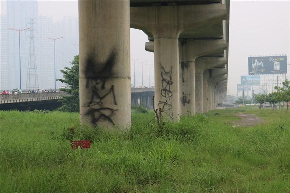 Những vết sơn đen xuất hiện trên trụ Metro làm xuống dốc mĩ quan công trình