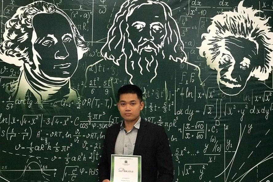 Tân Xứ nhận giải Sinh viên xuất sắc nhất trường Đại học Nghiên cứu Quốc gia Bách khoa Tomsk – Liên bang Nga. Ảnh: NVCC.