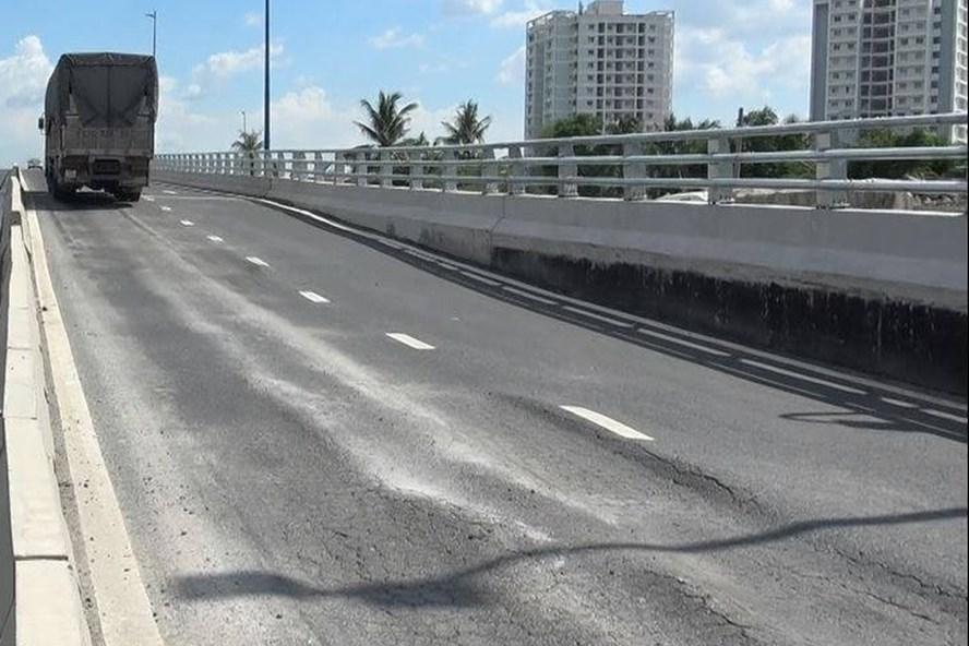 Dốc cầu vượt Mỹ Thuỷ bị sụt lún