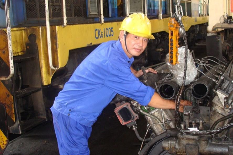 Kỹ sư Vũ Thế Mạnh - Tổ trưởng Tổ sửa chữa đầu máy, Phân xưởng sửa chữa vận dụng đầu máy, Chi nhánh Vận tải đường sắt, Cty TNHH MTV Apatit VN. Ảnh: P.V