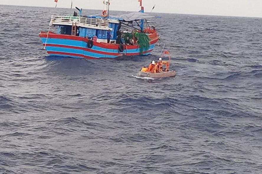 Tàu Hải quân kịp thời cứu 7 ngư dân gặp nạn trên biển. Ảnh minh họa.