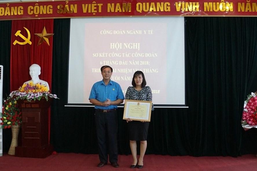Ủy viên BTV, Chủ nhiệm UBKT (LĐLĐ tỉnh Cao Bằng) Nông Hoàng Hà tặng Bằng khen của Tổng LĐLĐVN cho tập thể CĐ Trung tâm Truyền thông – GDSK.