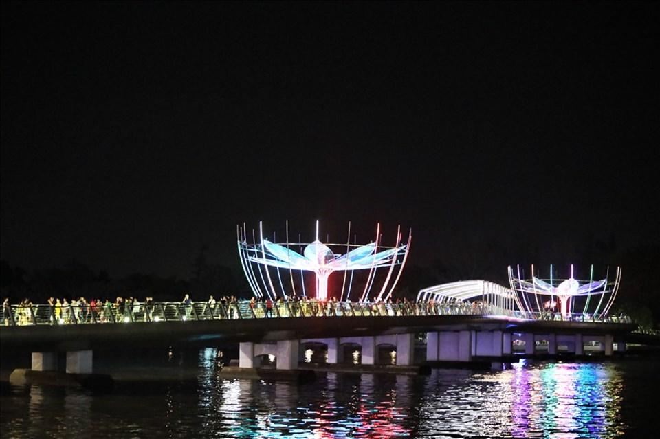 Cầu đi bộ Ninh Kiều đang trở thành điểm nhấn của du lịch Cần Thơ. Ảnh: Trường Sơn
